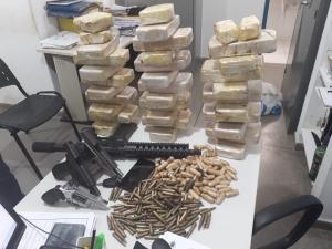PRF apreende carro que transportava drogas e armas para Mortugaba, em Montes Claros