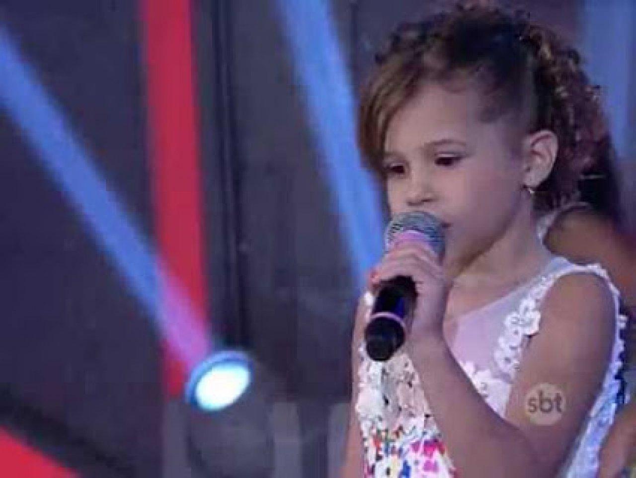 """Vídeo: Analu e Ivete Sangalo cantam """"Sá Marina"""" no Programa do Raul Gil"""