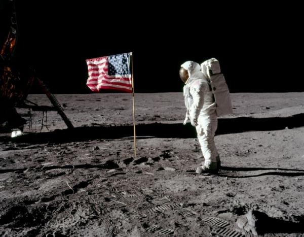 Próximo humano a pisar na Lua vai ser uma mulher, confirma Nasa