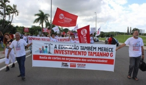 Professores de universidades estaduais decidem manter a greve