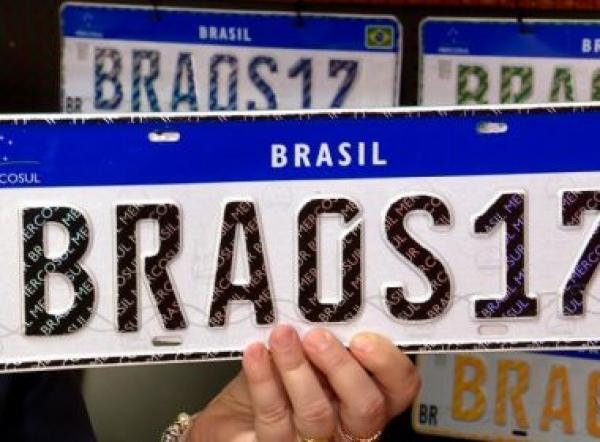 Bolsonaro anuncia pretensão de retirar placa de carros do Mercosul