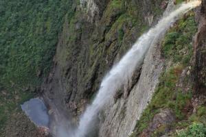 Chapada: Turista morre ao se jogar da Cachoeira da Fumaça; trilha é fechada para resgate